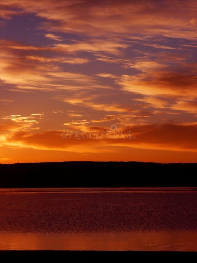 Salida del sol anaranjada en un lago en Colorado fotografía de archivo