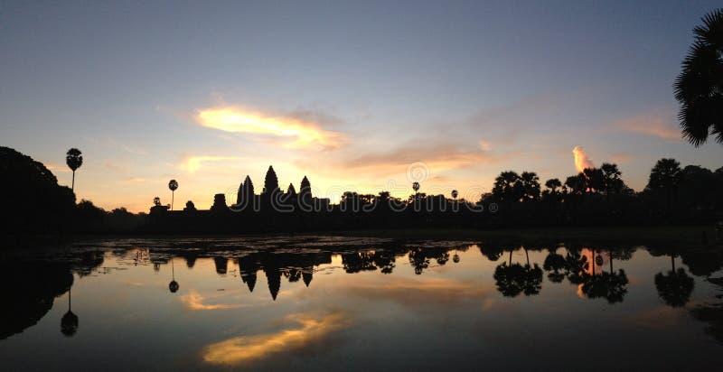 Salida del sol Angkor Wat Panorama en Camboya fotografía de archivo