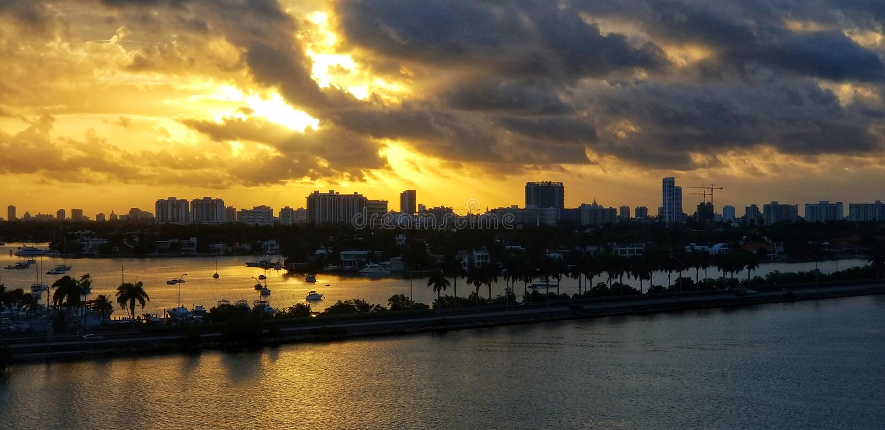 Salida del sol ardiente durante una mañana tranquila de Miami imagen de archivo libre de regalías