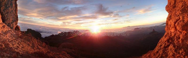 Salida del sol ardiente sobre un paisaje de la montaña fotografía de archivo