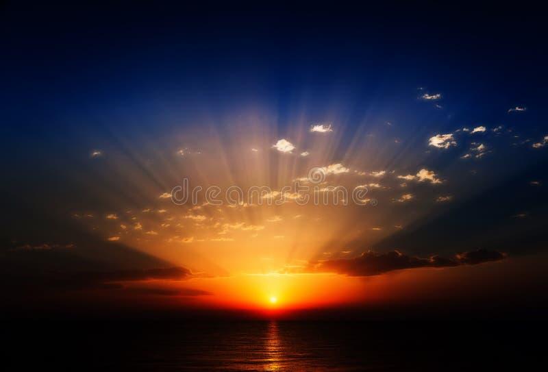 Salida del sol asombrosa en el mar fotografía de archivo