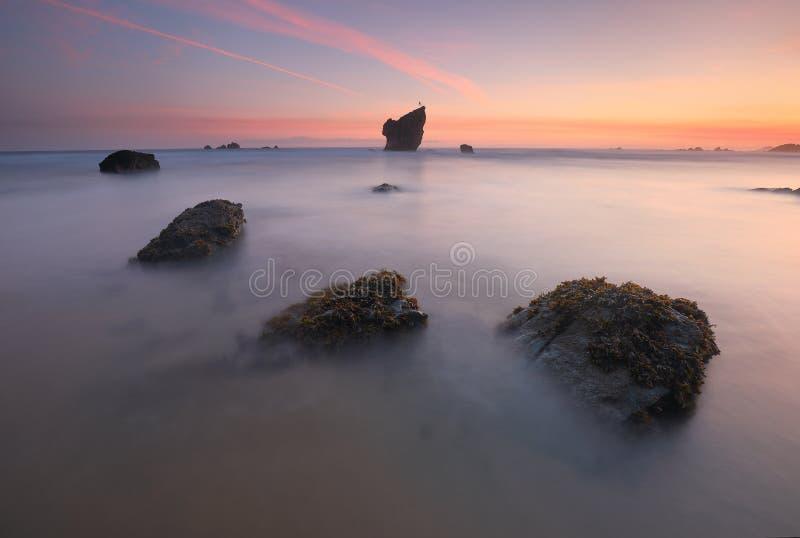 Salida del sol asombrosa sobre la playa Asturias de Aguilar imagen de archivo libre de regalías