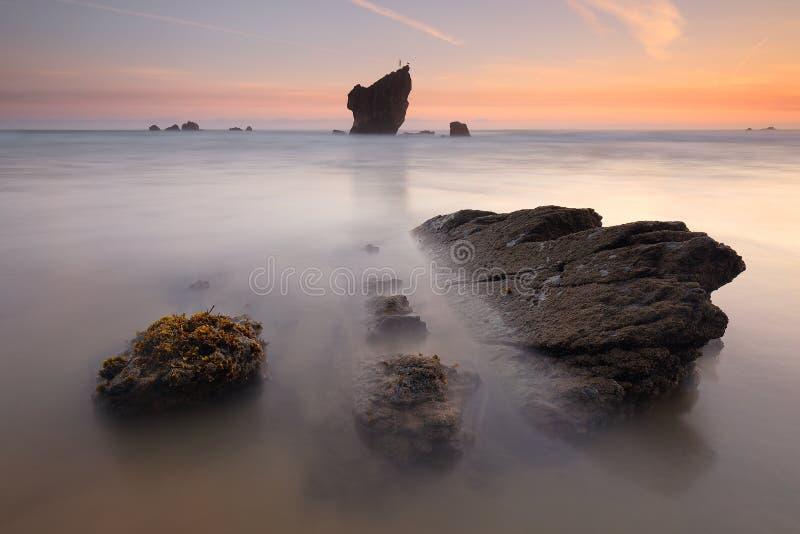 Salida del sol asombrosa sobre la playa Asturias de Aguilar foto de archivo