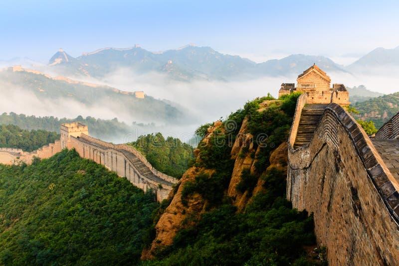 Salida del sol bajo majestad de la Gran Muralla imagenes de archivo