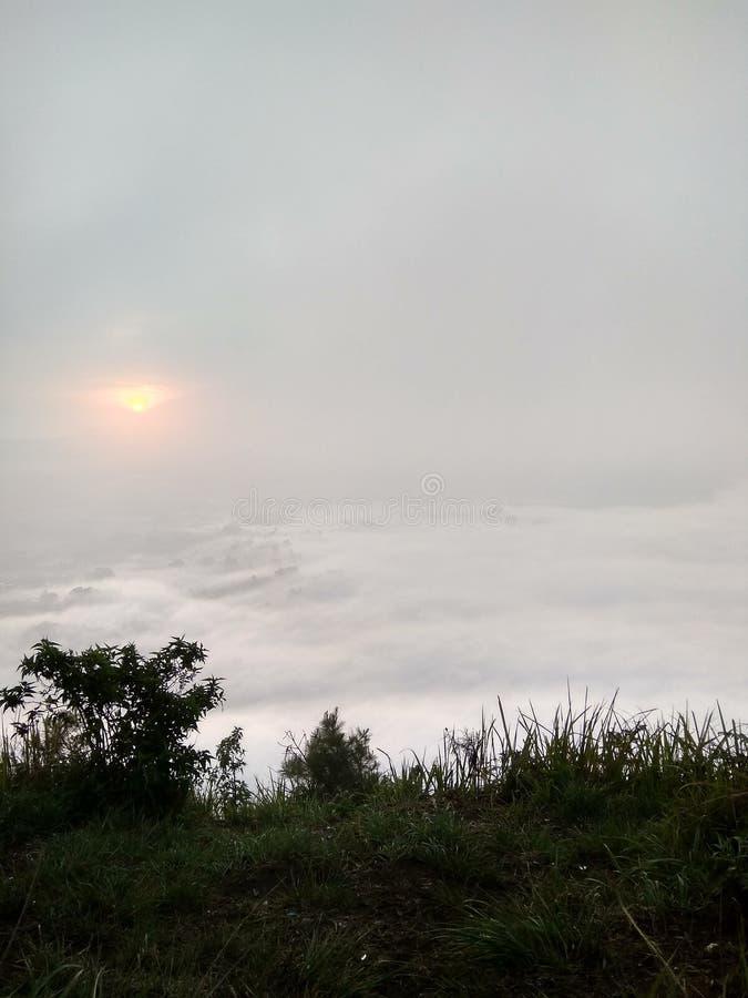 Salida del sol blanca fría de la montaña verde fresca foto de archivo