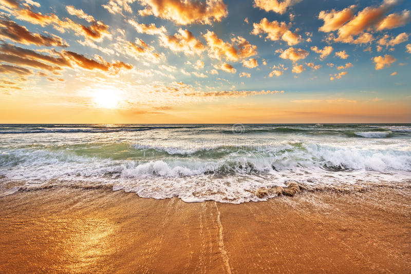 Salida del sol brillante de la playa del océano foto de archivo libre de regalías