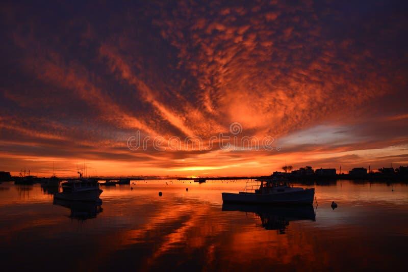 Salida del sol brillante reflejada en el puerto de Nueva Inglaterra fotografía de archivo