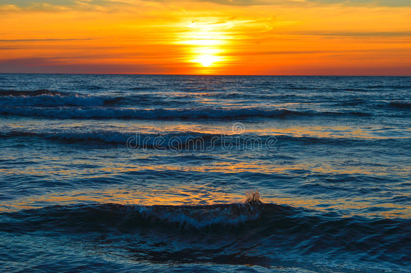 Salida del sol brillante sobre las aguas del lago Hurón fotografía de archivo libre de regalías