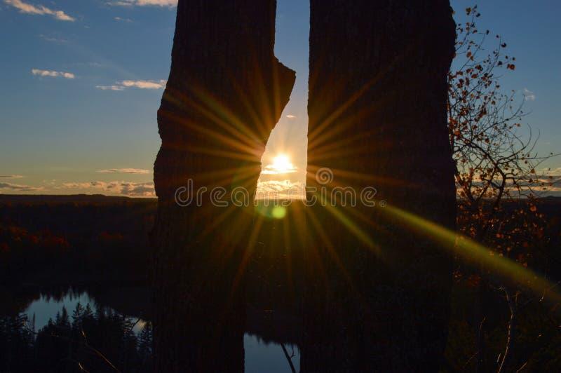 Salida del sol brillante sobre las aguas del lago Hurón foto de archivo