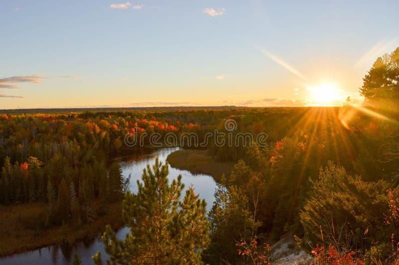 Salida del sol brillante sobre las aguas del lago Hurón imagenes de archivo