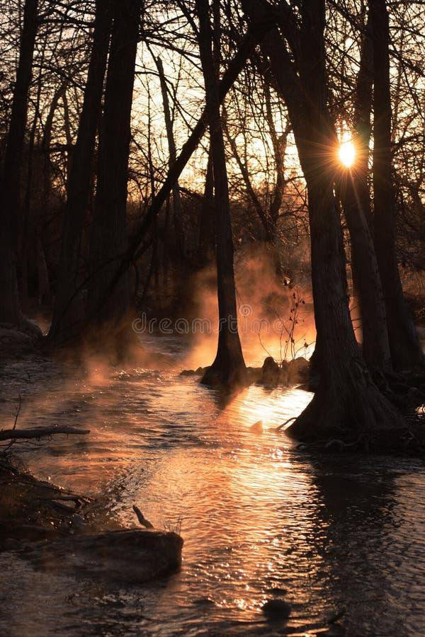 Salida del sol brumosa del río fotografía de archivo
