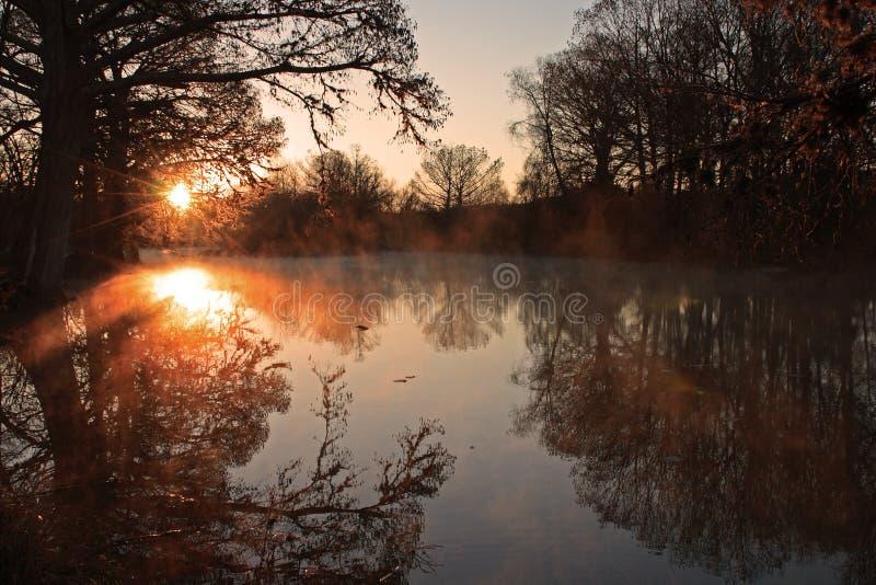 Salida del sol brumosa del río fotos de archivo