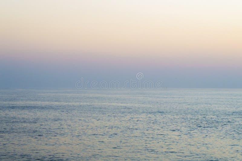 Salida del sol brumosa en el Océano Índico fotografía de archivo
