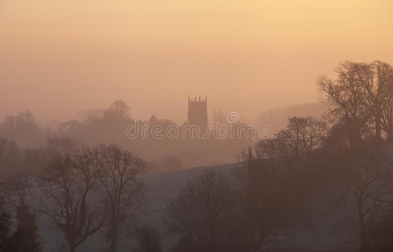 Salida del sol brumosa en saltar Campden, Cotswolds, Gloucestershire, Inglaterra foto de archivo