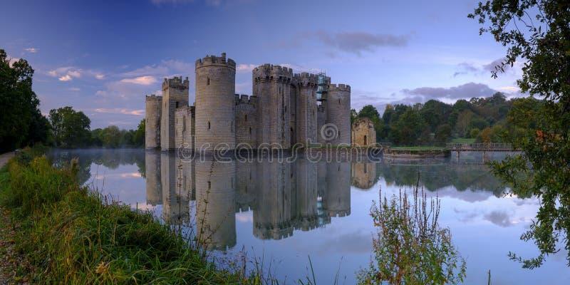 Salida del sol brumosa del oto?o en el castillo de Bodiam, East Sussex, Reino Unido fotografía de archivo