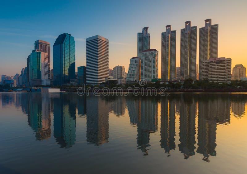Salida del sol céntrica de la ciudad de Bangkok con la reflexión del horizonte imágenes de archivo libres de regalías