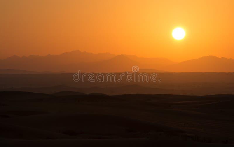 Salida del sol caliente en las dunas del desierto de Dubai, United Arab Emirates fotos de archivo libres de regalías
