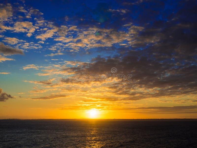 Salida del sol caliente sobre el océano fotos de archivo