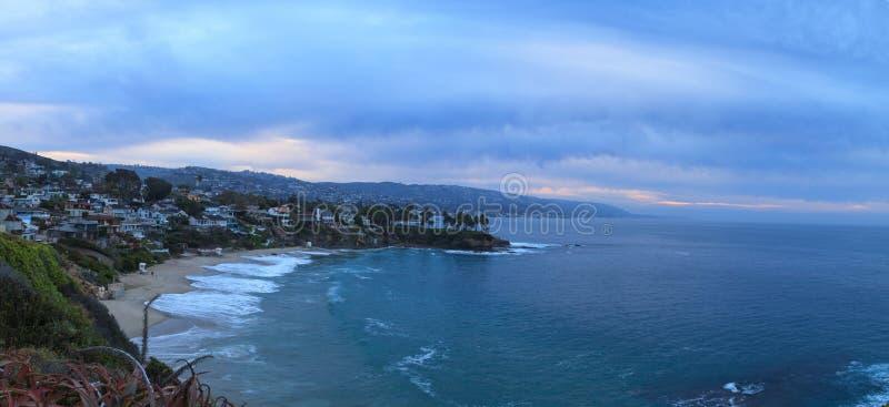 Salida del sol cambiante sobre Crescent Bay en Laguna Beach foto de archivo libre de regalías