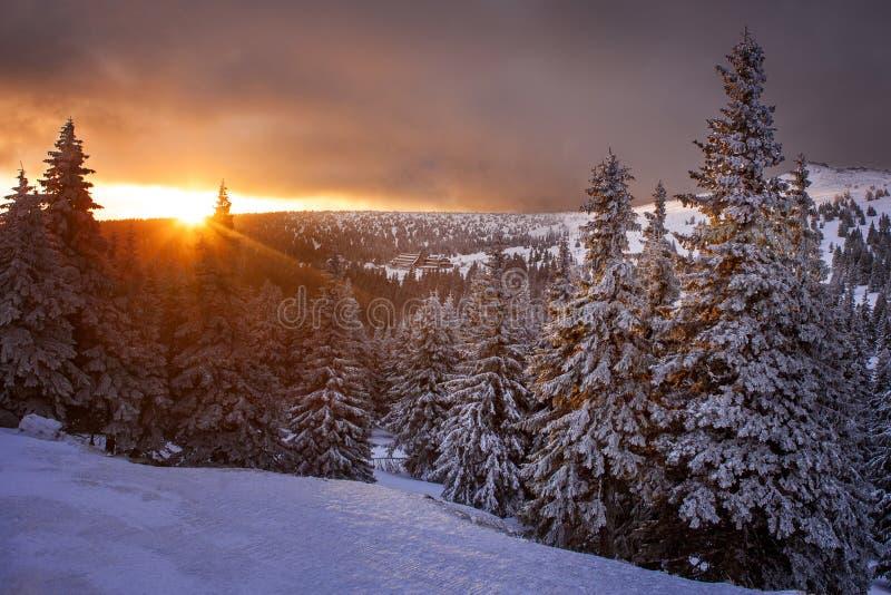 Salida del sol cerca de la montaña de Praded en República Checa fotos de archivo