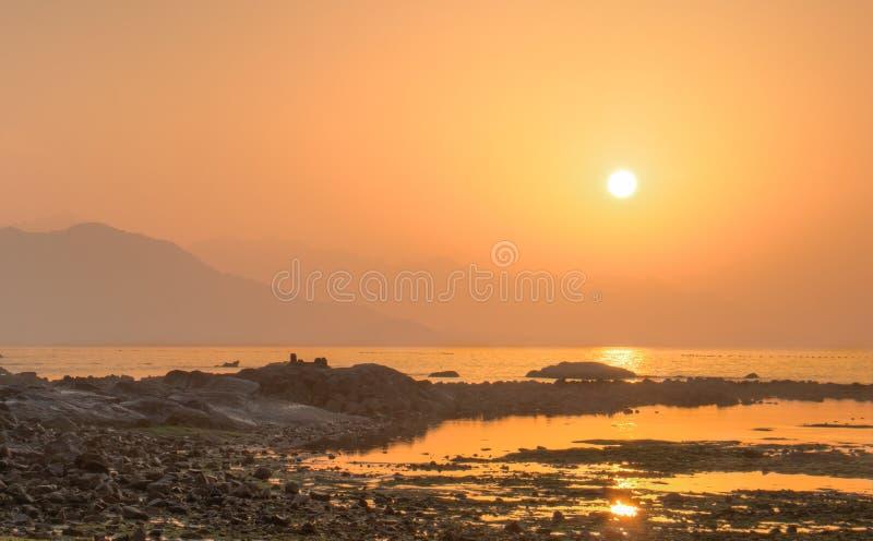 Salida del sol cerca del mar en la playa fotografía de archivo libre de regalías