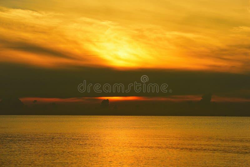 Salida del sol del cielo del mar y del oro imagenes de archivo