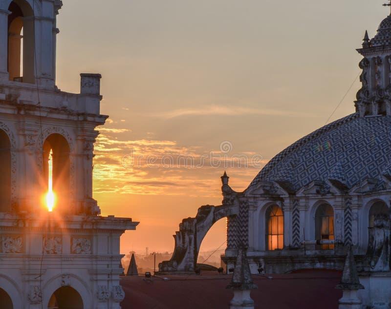 Salida del sol, ciudad de Puebla, México 17 de mayo imagen de archivo