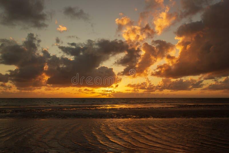 salida del sol del colorfull sobre el mar de coral en el cabo Tributation en la región de Daintree de Queensland del norte lejano foto de archivo
