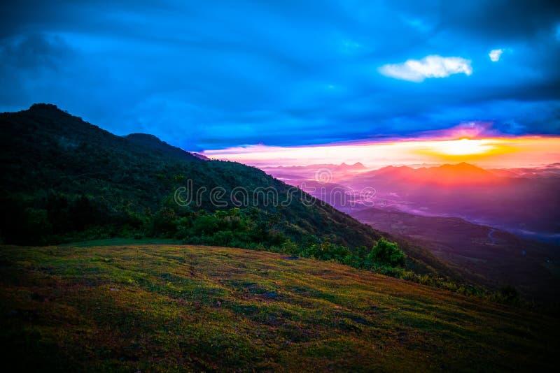 Salida del sol colorida foto de archivo libre de regalías