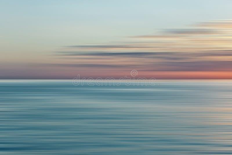 Salida del sol colorida con el efecto largo de la exposición, movimiento horizontal bl ilustración del vector