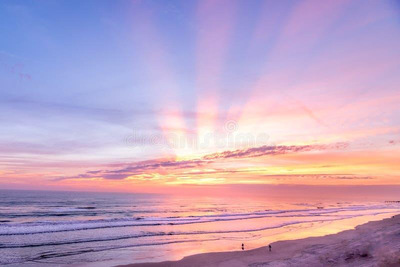 Salida del sol colorida con los rayos solares tirados en Fort Lauderdale, la Florida de la playa imagen de archivo libre de regalías
