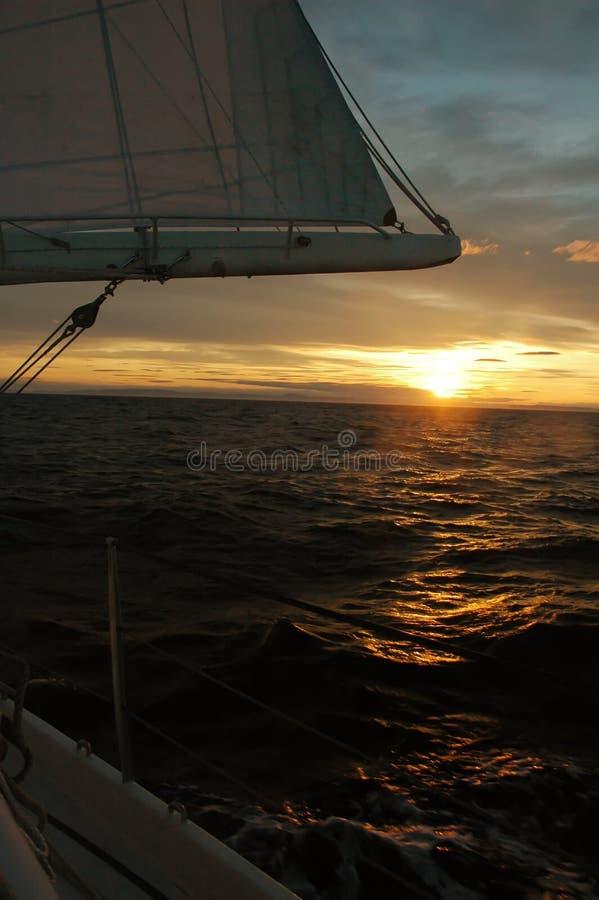 Salida del sol colorida de la navegación fotos de archivo