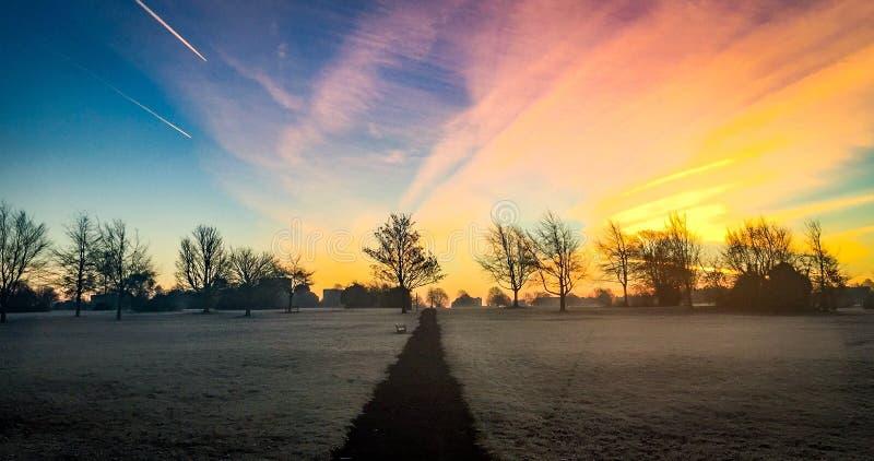 Salida del sol colorida del invierno imagenes de archivo