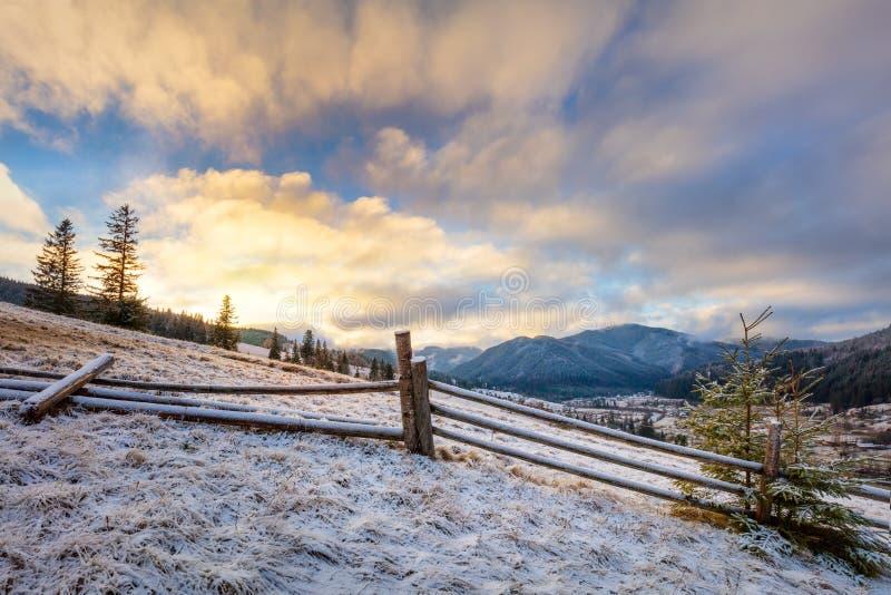 Salida del sol colorida - mañana del invierno en montañas nevosas Paisaje imagen de archivo