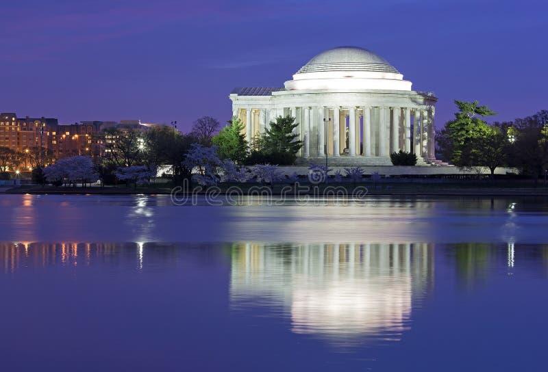 Salida del sol colorida sobre el lavabo de marea durante festival de la flor de cerezo en el Washington DC, los E.E.U.U. fotos de archivo libres de regalías