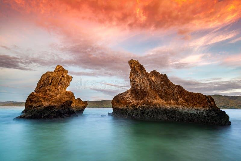 Salida del sol con dos rocas enormes cerca de Cayo Levantado imagen de archivo