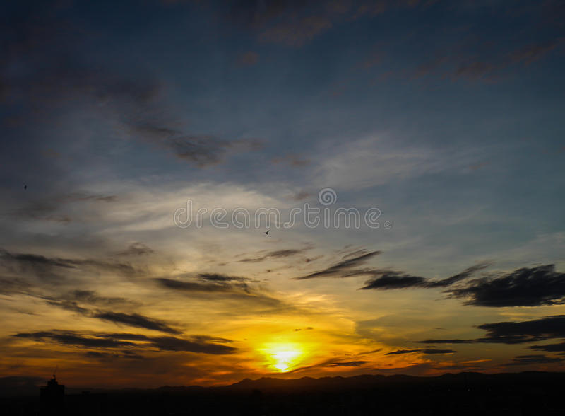 Download Salida Del Sol Con El Cielo Hermoso En El Crepúsculo Foto de archivo - Imagen de nube, fantasía: 42440506
