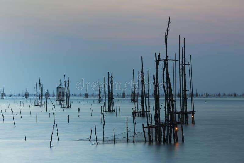 Salida del sol con la red de pesca foto de archivo