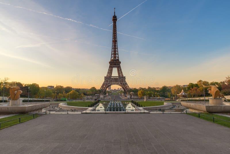 Salida del sol con la torre Eiffel en París, Francia fotos de archivo