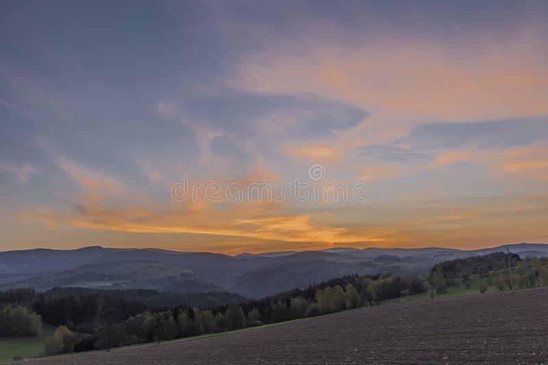 Salida del sol con las montañas de Krkonose cerca del pueblo de Roprachtice foto de archivo