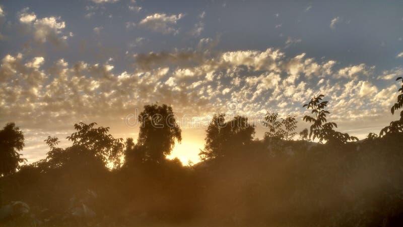 Salida del sol con resplandor imagen de archivo libre de regalías
