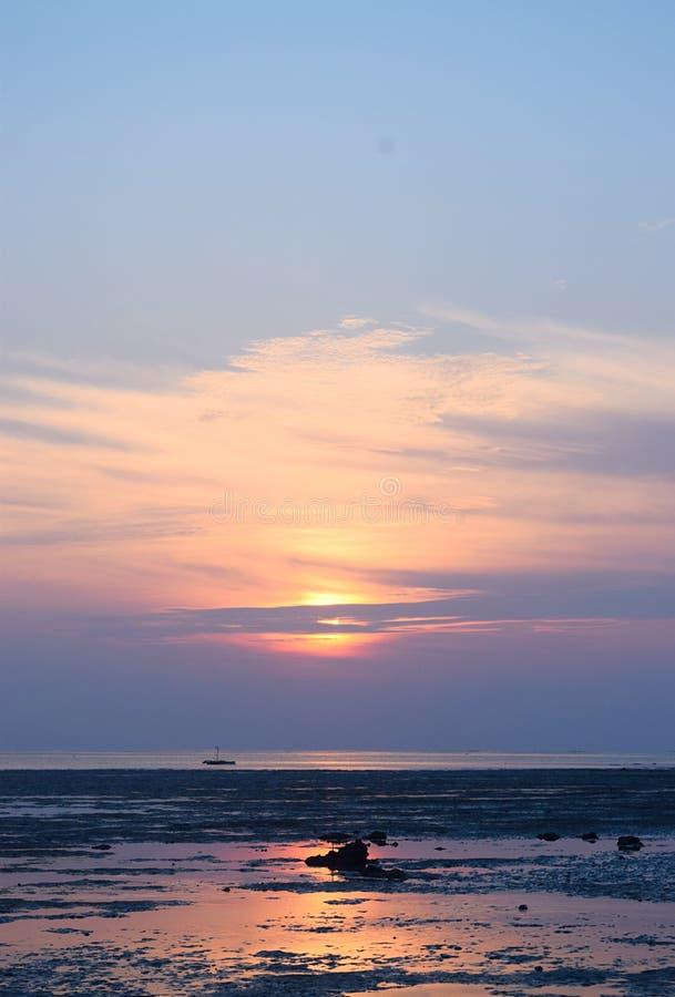 Salida del sol con Sun de oro detrás de las nubes y del cielo colorido - playa de Vijaynagar, isla de Havelock, Andaman, la India imagen de archivo libre de regalías