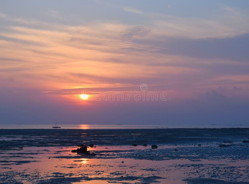 Salida del sol con Sun de oro y su reflexión en el agua y el cielo colorido - playa de Vijaynagar, isla de Havelock, Andaman, la  imágenes de archivo libres de regalías