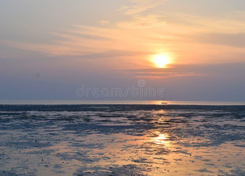 Salida del sol con Sun de oro y su reflexión en el agua y el cielo colorido - playa de Vijaynagar, isla de Havelock, Andaman, la  imagen de archivo libre de regalías