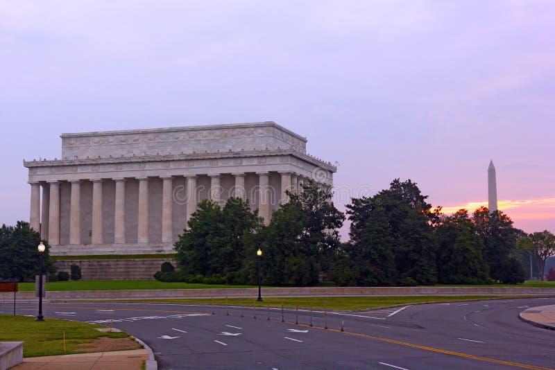 Salida del sol con una opinión sobre Lincoln Memorial y Washington Monument en el capital de los E.E.U.U. fotos de archivo