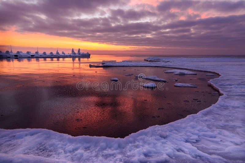Salida del sol congelada del embarcadero y del hielo del océano foto de archivo libre de regalías