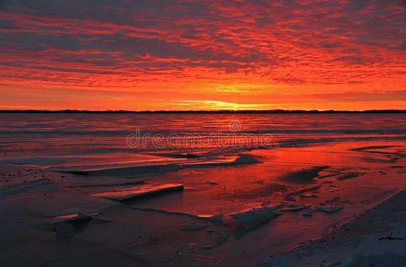 Salida del sol congelada en el lago imagen de archivo libre de regalías