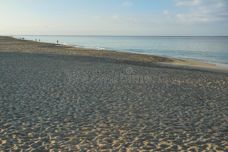 Salida del sol de Art Beautiful sobre la playa tropical fotos de archivo