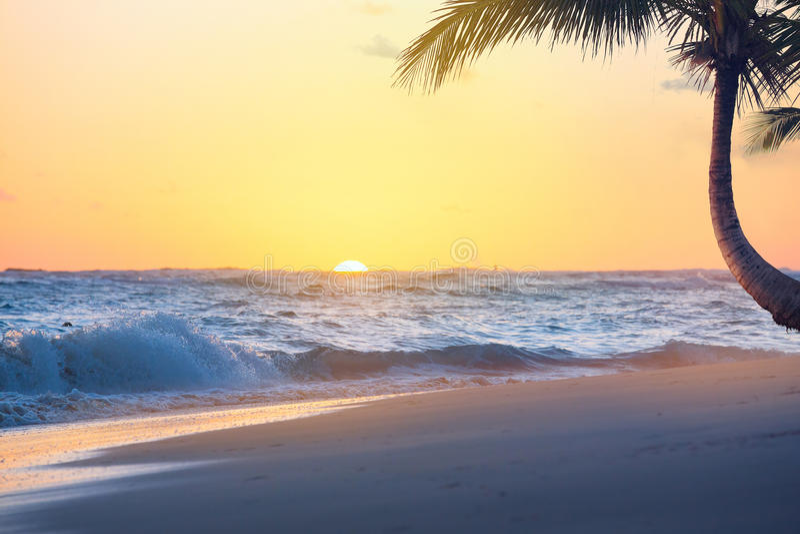 Salida del sol de Art Beautiful sobre la playa tropical fotografía de archivo libre de regalías