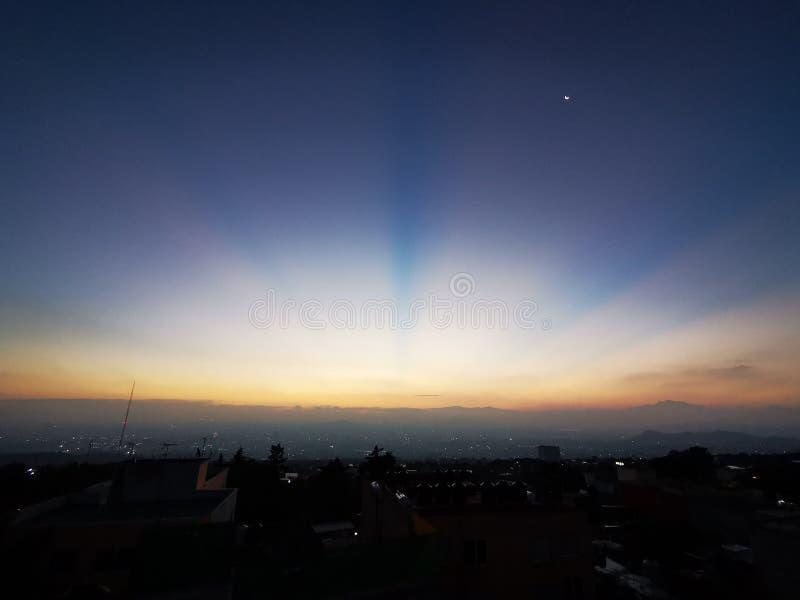 Salida del sol de Ciudad de México y cielo azul profundo imagenes de archivo